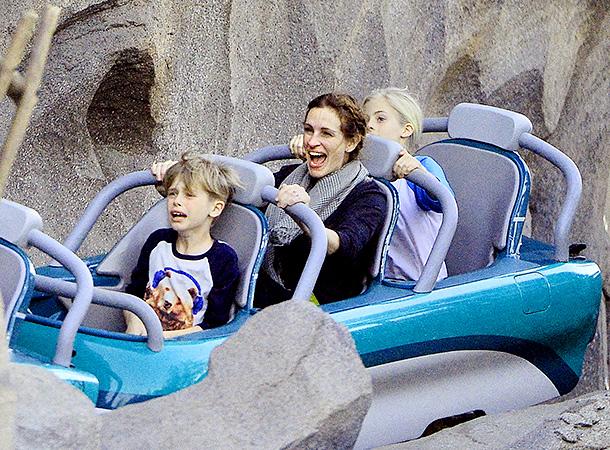 Джулия Робертс развлеклась с детьми в Диснейленде (ФОТО)