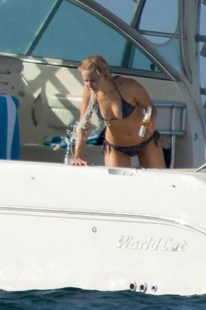 Дженнифер Лоуренс отдыхает на Багамах (ФОТО)