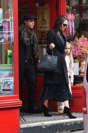 Джоли совместно с супругом и дочками пробежала по супермаркетам (ФОТО)