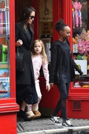 Джоли вместе с мужем и дочками прошлась по магазинам (ФОТО)