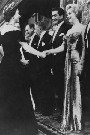 Наряды, в которых звезды встречали королеву Англии (ФОТО)