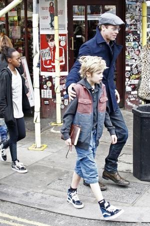 Анджелина Джоли и Брэд Питт на прогулке в Лондоне (ФОТО)