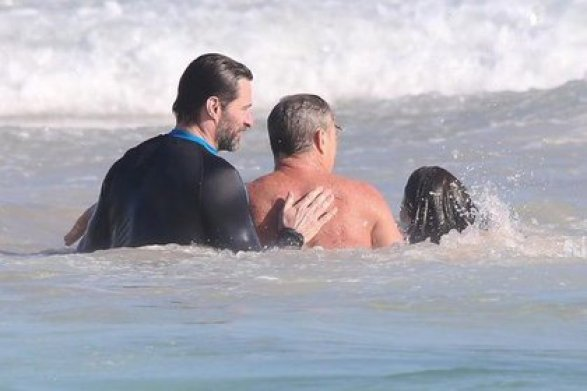 Хью Джекман выручил отдыхающих на сиднейском пляже (ФОТО)