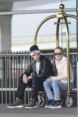 Ванесса Паради прогулялась по Парижу с семьей (ФОТО)