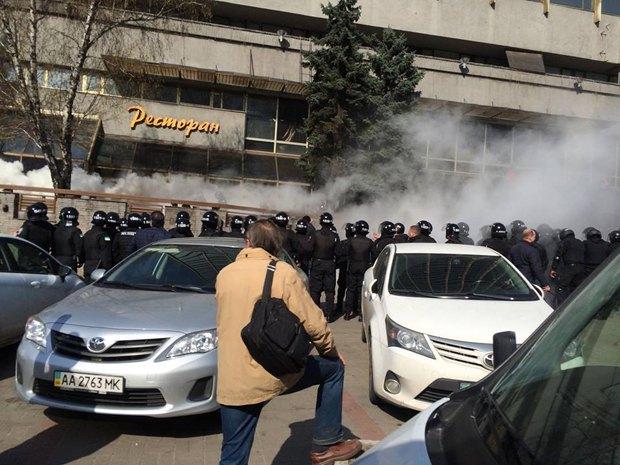"""ВИДЕО: Спецназ зачистил отель """"Лыбидь"""" от людей в камуфляже"""