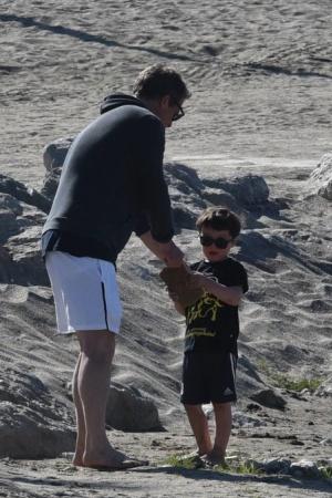 Хью Грант на пляже с женщиной и детьми (ФОТО)