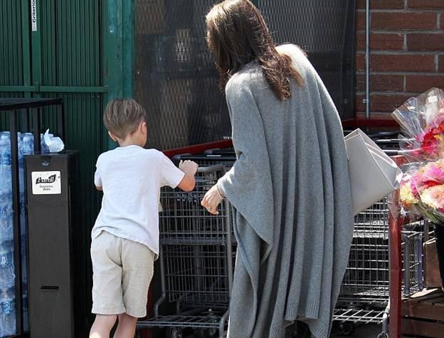 Анджелина Джоли замечена в продуктовом супермаркете (ФОТО)