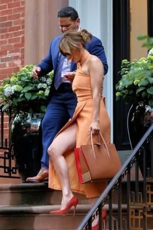 Дженнифер Лопес в платье с необычно большим разрезом