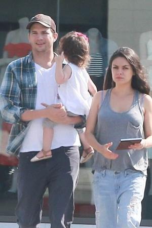 Беременная Приятна Кунис на прогулке с семьей (ФОТО)