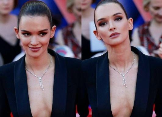 Паулина Андреева расстроила аудиторию открытым декольте