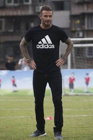 Дэвид Бекхэм обучает китайских детишек игре в футбол (ФОТО)