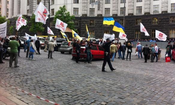 Митингующие против тарифов закрыли улицу Грушевского