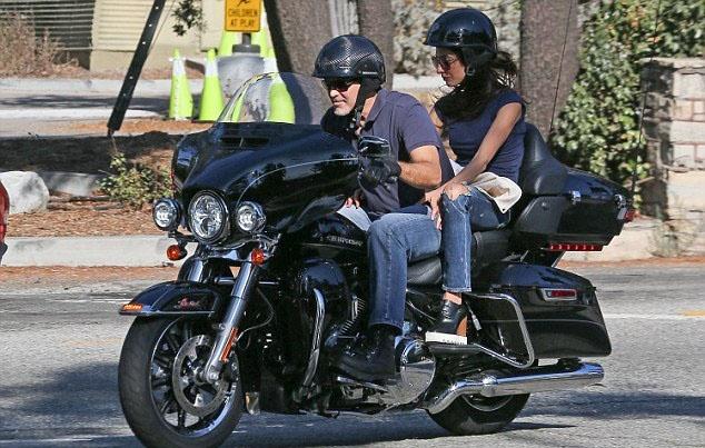 Джордж и Амаль Клуни рассекают на крутом байке (ФОТО)