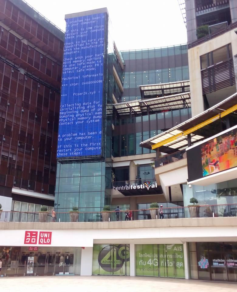Житель Бангкока сфотографировал огромный синий экран смерти