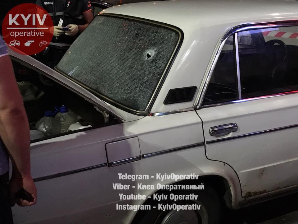 В Киеве у метро Черниговская расстреляли мужчину из автомата