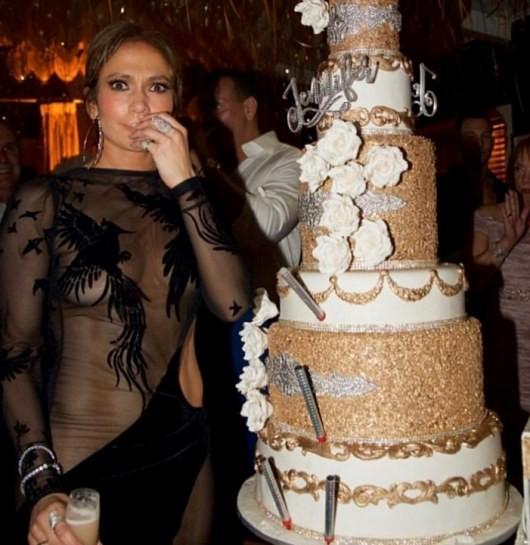 Дженнифер Лопес отметила 48-летие в прозрачном платье (ФОТО)