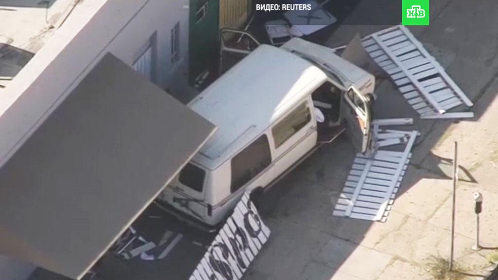 В Лос-Анджелесе автомобиль въехал в толпу людей (ФОТО)