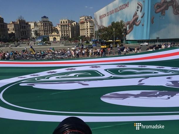 На Майдане развернули флаг непризнанной Ичкерии (ФОТО+ВИДЕО)