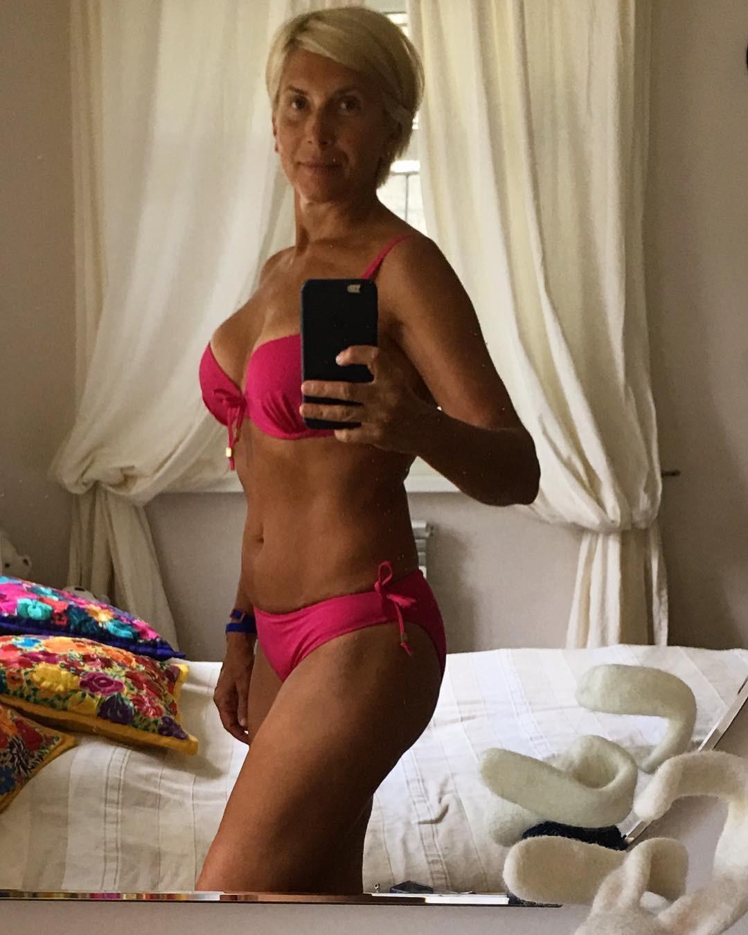 55-летняя Алена Свиридова показала фигуру в купальнике