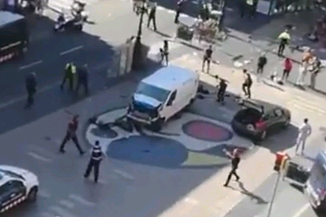 Теракт в Барселоне: микроавтобус въехал в толпу (ВИДЕО 18+)