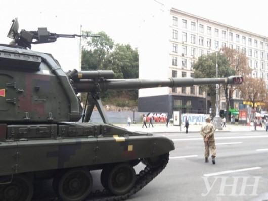 В центр Киева на репетицию пригнали военную технику - ФОТО