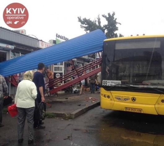 В Киеве автобус снес остановку, водитель сбежал (ФОТО)