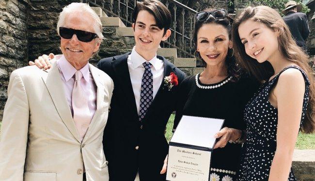Кэтрин Зета-Джонс показала семейное фото