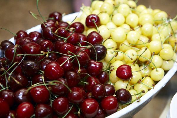 Медики рассказали о пользе вишни и черешни